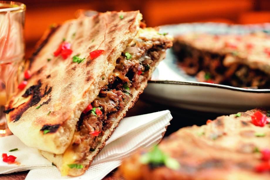 Carne desfiada e queijo: no pão sírio bem tostado