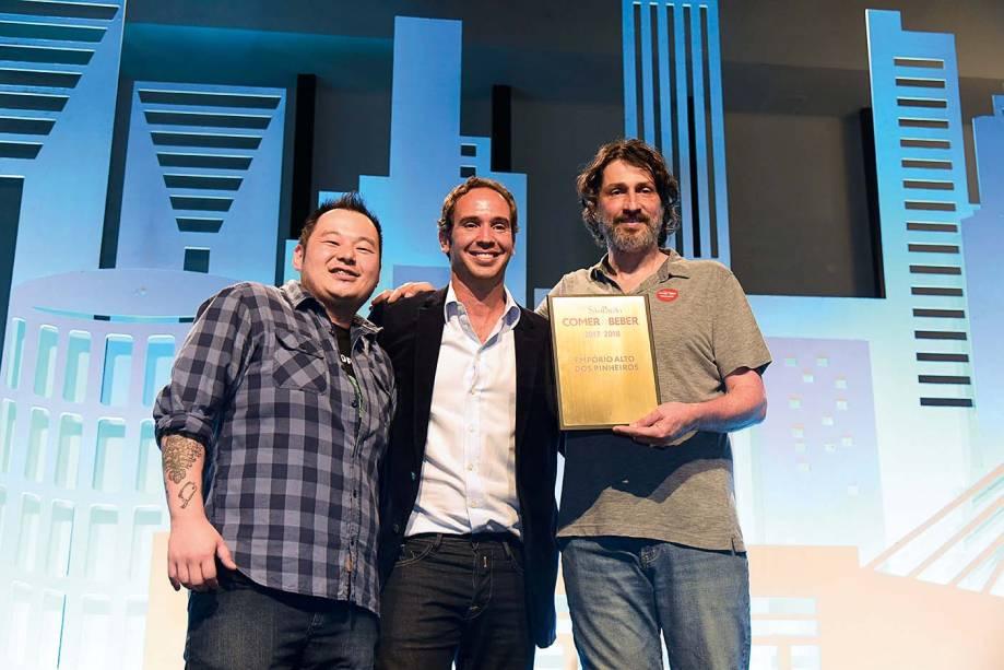 Melhor chope: Caio Ribeiro com o gerente Eduardo Ogata e Paulo Almeida, sócio do Empório Alto dos Pinheiros