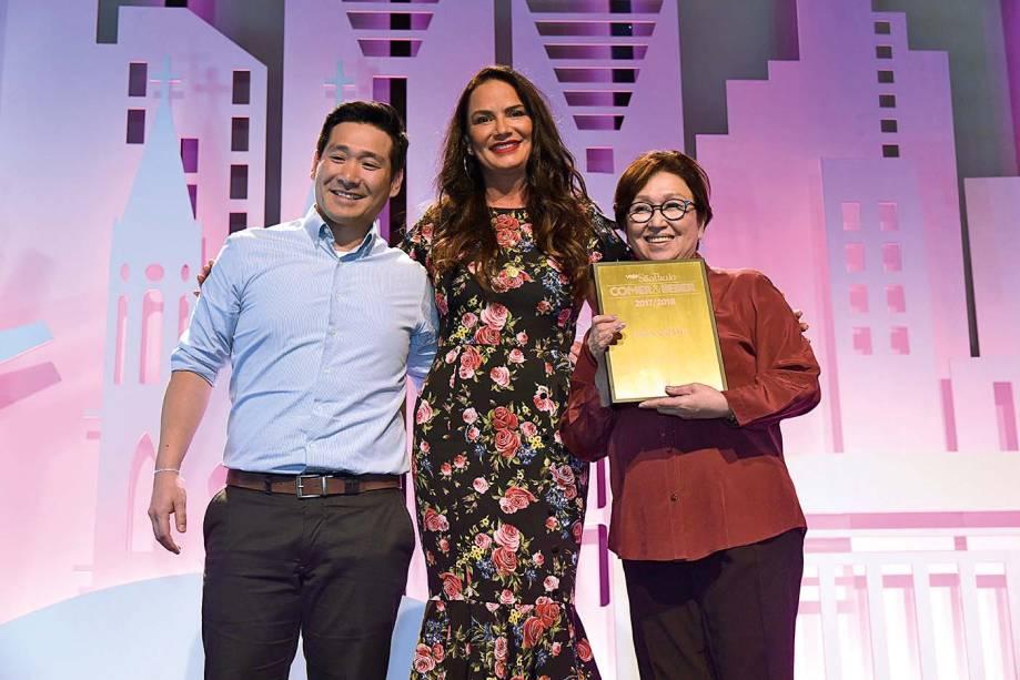 Luiza Brunet entre Jun Mizumoto e sua mãe, Miyuki: Shin-Zushi, vencedor da categoria japonês pela primeira vez