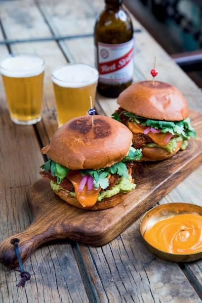 Bun bah: o sanduíche é lambuzado de maionese picante