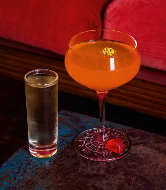 Porn Star Martini: leva vodca, Aperol, maracujá e jasmim. Vem com espumante