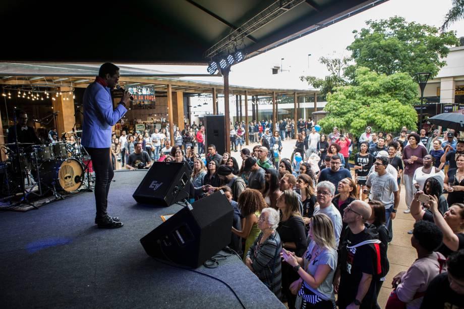 Público durante o show da banda Serial Funkers, no palco Bourbon