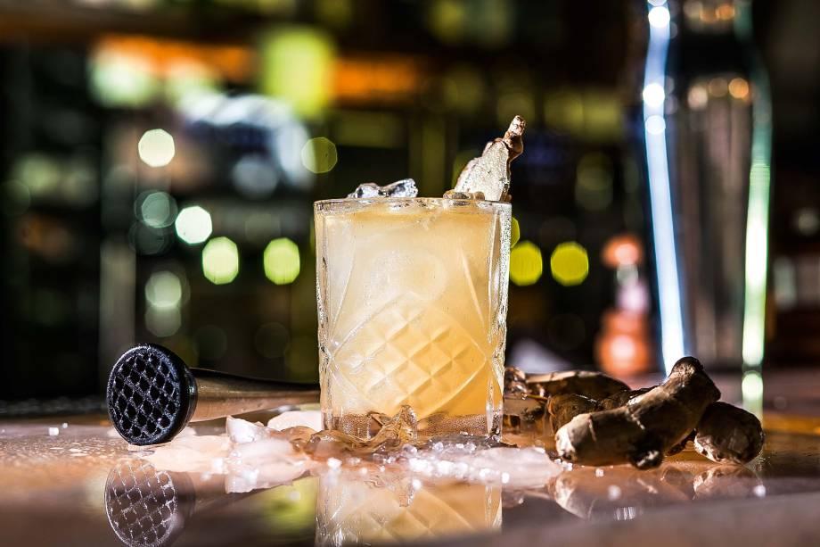 O drinque com o nome da casa: cachaça artesanal, calda de gengibre, suco de limão, Fernet, matchá, tônica, folhas e pó de hortelã