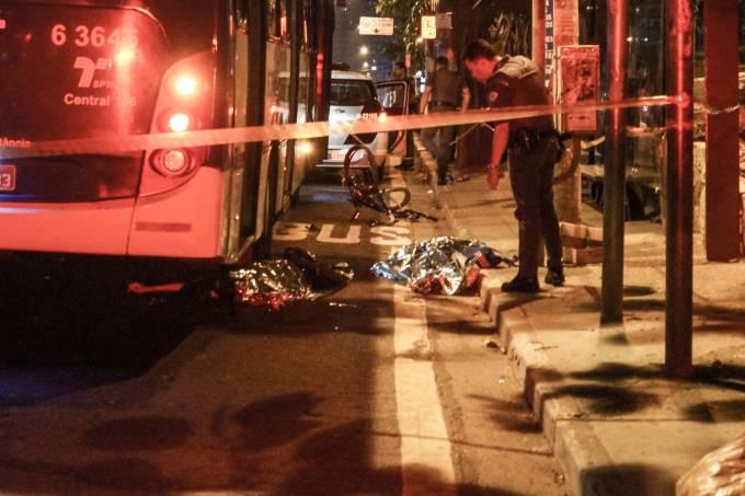 ACIDENTE ENTRE ÔNIBUS E BICICLETA DEIXA DOIS MORTOR EM SÃO PAULO (SP).