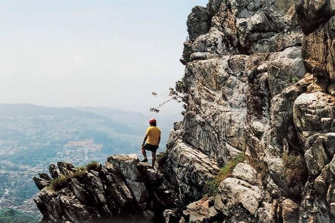 Homem no mirante do Pico do Jaraguá, no Parque Estadual do Jaraguá.