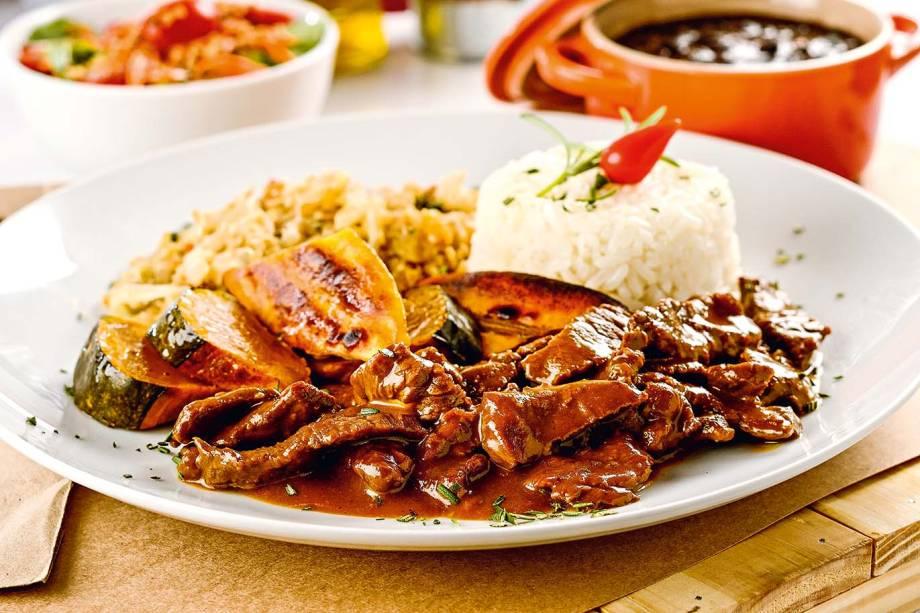 Picadinho: com arroz, feijão-preto e farofinha de ovos