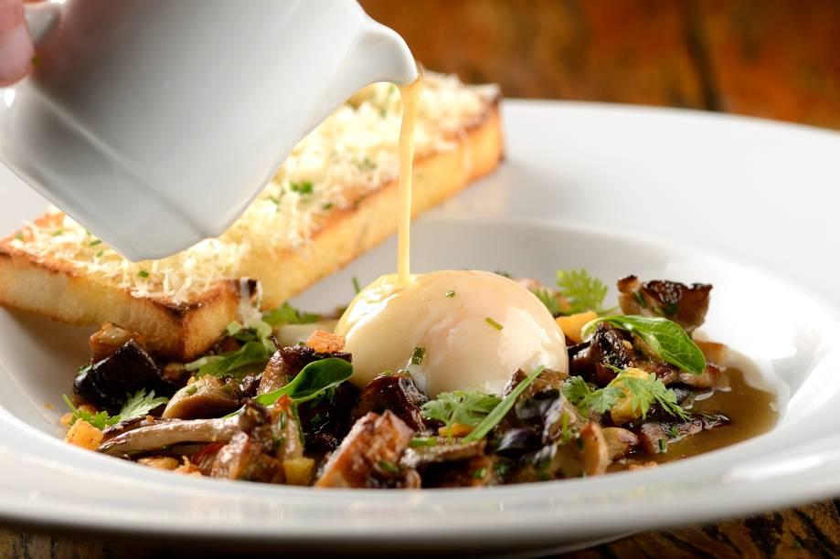 Caldo de cogumelo e ovo perfeito