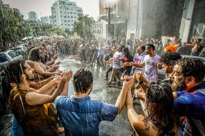 Manifestantes se re¿nem no Bixiga em defesa do Teatro Oficina