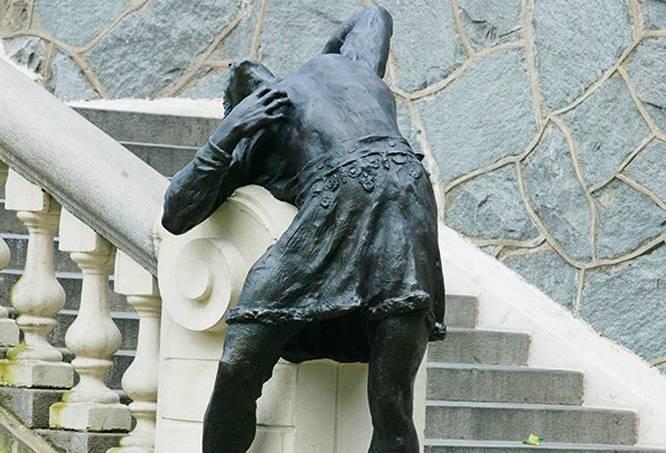 Estátua de bronze _Condor_, de Luigi Brizzolara, ao pé da escadaria que desce da.jpg