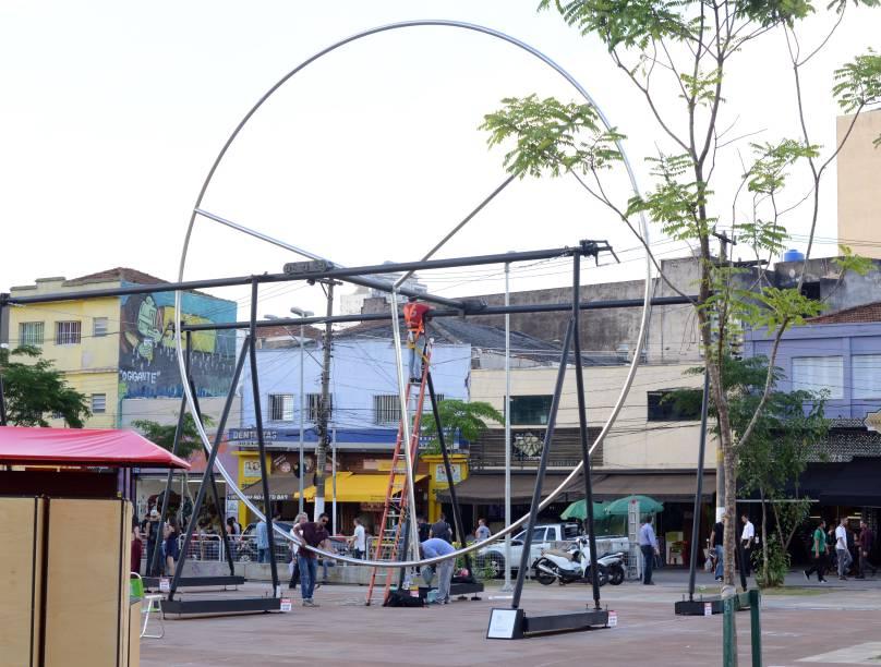 Trabalho de Guto Lacaz, em cartaz no Largo da Batata