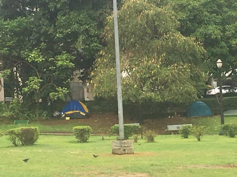 Praça Alexandre de Gusmão, nos Jardins: três barracas montadas na tarde desta segunda (20)