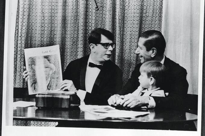 Victor Civita, com o neto Giancarlo no colo, sendo entrevistado durante gravação.jpg