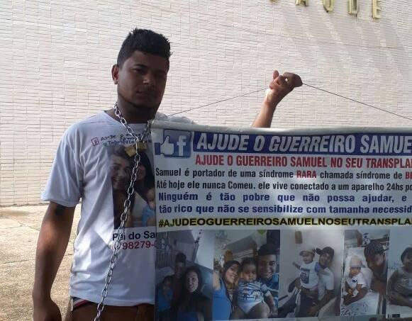 Pai acorrentado em frente ao Ministério da Saúde, em Brasília