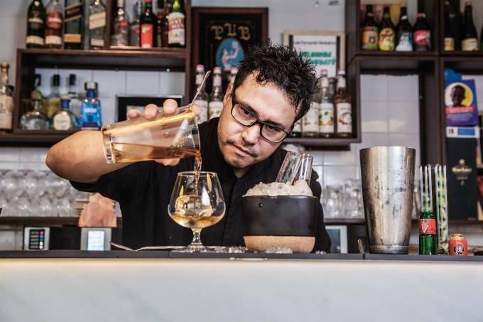 Bartender Marcelo Serrano