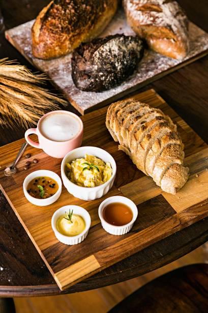 O pão de azeite na tábua (R$ 20,00), da Santiago: acompanhamentos, como geleia e ovo mexido, são pedidos à parte
