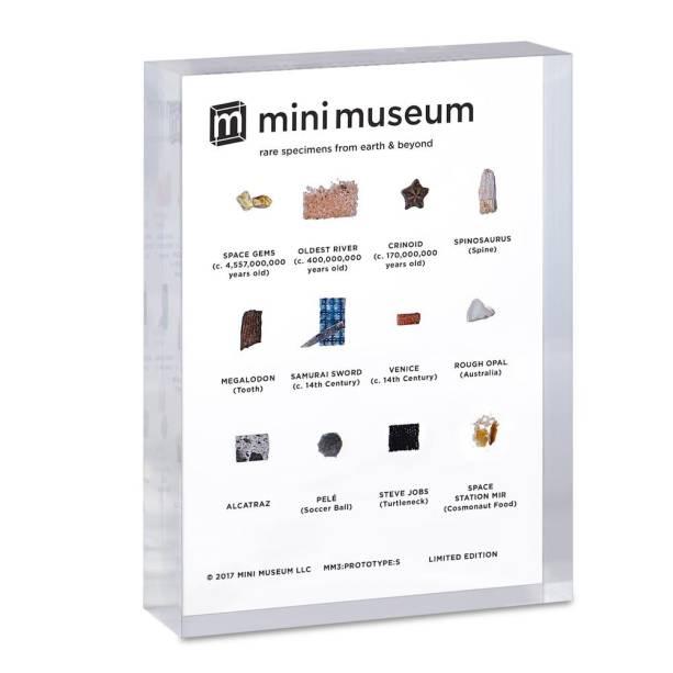 •Mini Museum (um bloco de acrílico com fragmentos de meteorito, um pedaço da parede do Cavern Club, um retalho de uma camisa do Steve Jobs…) - $ 129,00. Uma sugestão da SUPERINTERESSANTE. Preço pesquisado em dezembro/17. www.minimuseum.com