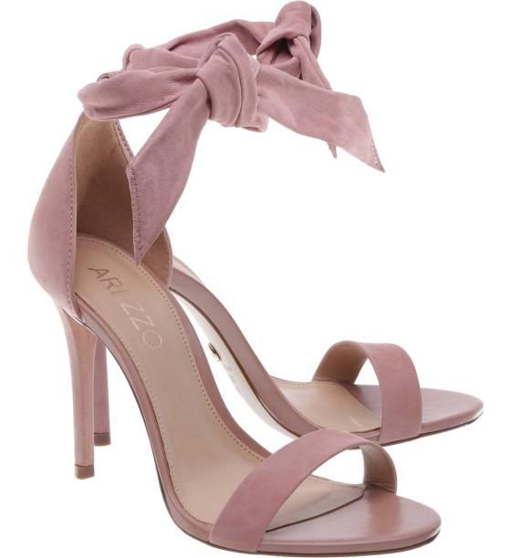 •Sandália de nobuck, modelo Isabelli Alta Lace Up, cor Rosa Blush, Arezzo. R$259,90. Uma sugestão de CLAUDIA. Preço pesquisado em novembro/2017. Disponível aqui: https://www.arezzo.com.br