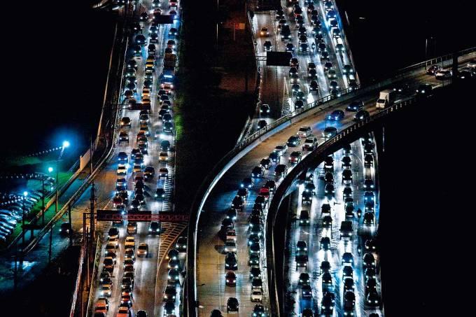 Trânsito intenso na Marginal Pinheiros, sentido Castelo Branco.