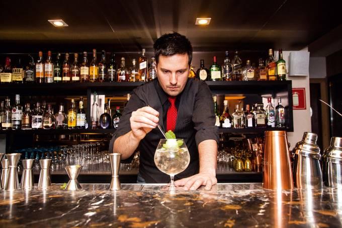 Bartender Felipe Rara