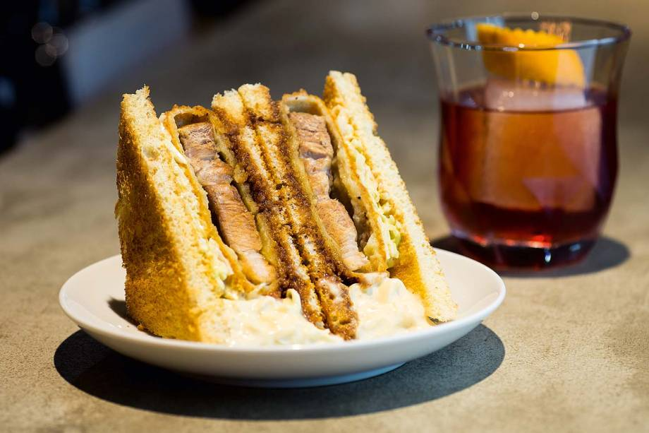 Katsu sando: hit em bares orientais, o sanduíche leva pancetta empanada na farinha panko, repolho, maionese e molho tonkatsu entre fatias de pão de fôrma