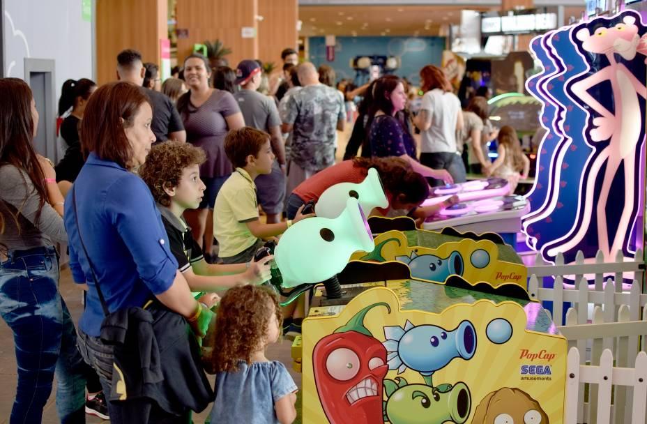 Máquinas de fliperamas e jogos variados ficam espalhados pelo local e custam a partir de 0.90 centavos