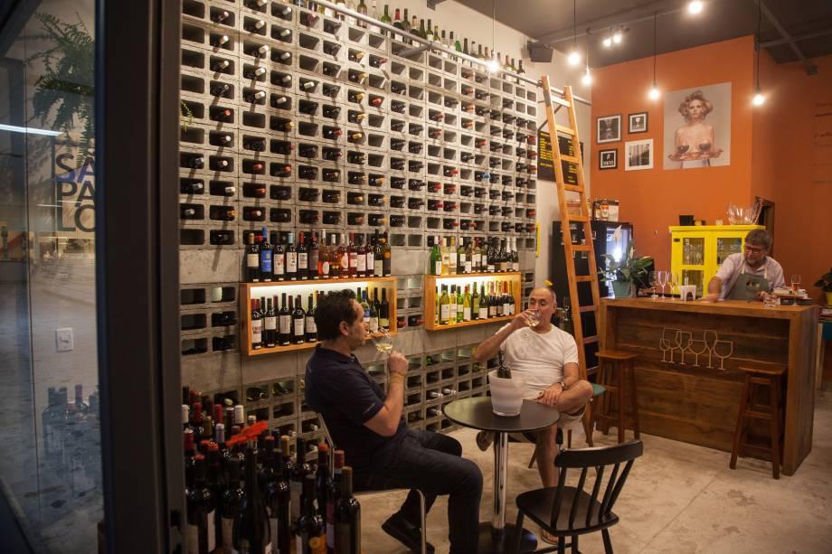 O salão repleto de garrafas: tem vinho branco, tinto, espumante...