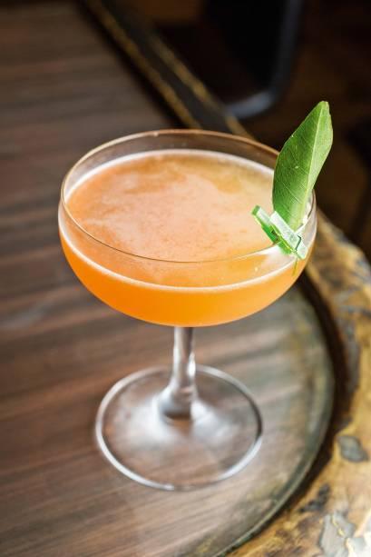 O drinque astor daiquiri mistura rum, limão-taiti , açúcar, grapefruit, Cynar e xarope de coco com Angostura