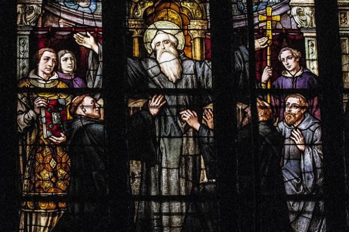 Vitral que retrata a morte de São Bento, instalado na Basílica do Mosteiro de São Bento..jpg