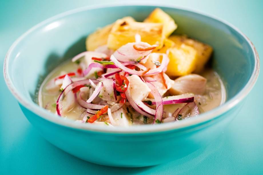 Ceviche clássico peruano com mandioca cozida e tostada na brasa