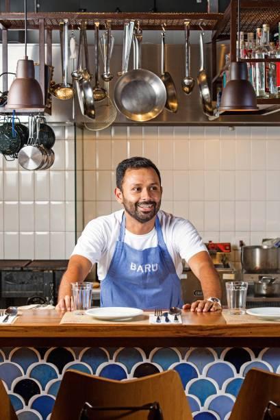O chef colombiano Dagoberto Torres na cozinha do seu novo restaurante Barú