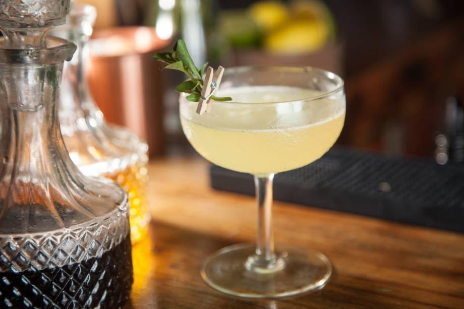 O drinque tucuna leva pisco, jerez, sucos de laranja e de limão, triple sec, xarope de baunilha e manjericão