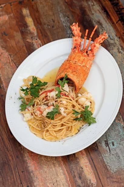 De sabor intenso: espaguete banhado no molho de lagosta e enfeitado pela carapaça do molusco