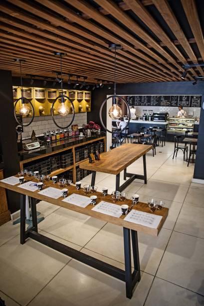 Os balcões de degustação com as mesas ao fundo: o cliente pode compor o próprio blend