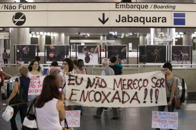 Mulheres Protestam no Metrô de São Paulo