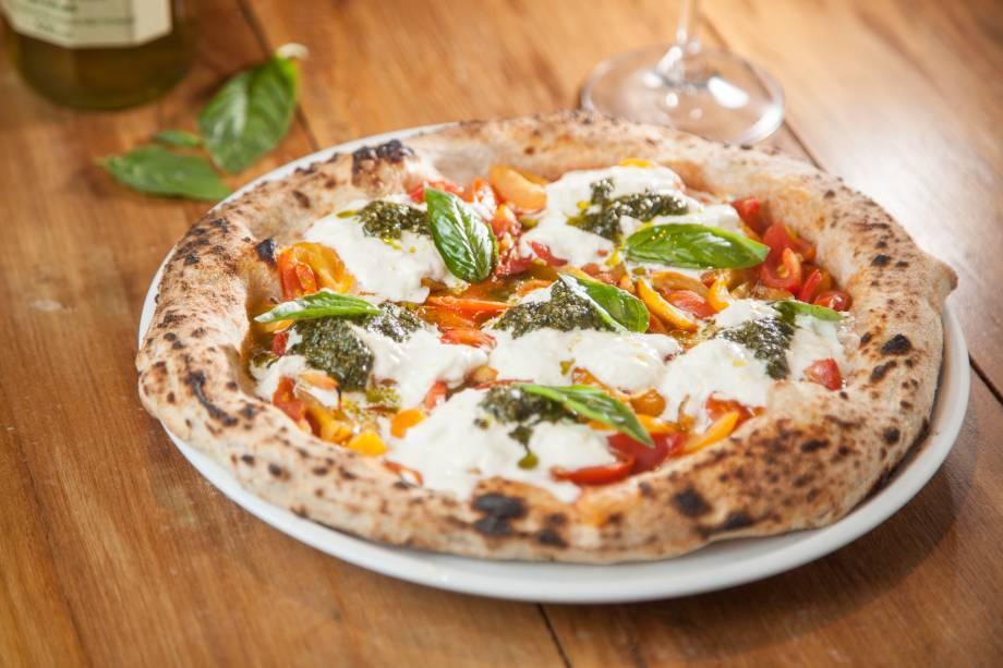 Pizza de burrata com tomatinhos vermelhos e amarelos, pesto e manjericão