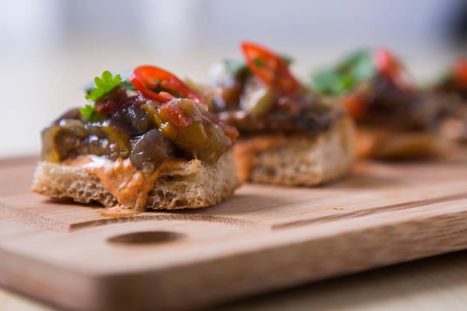 Fatias de pão cobertas de escabeche de peixe