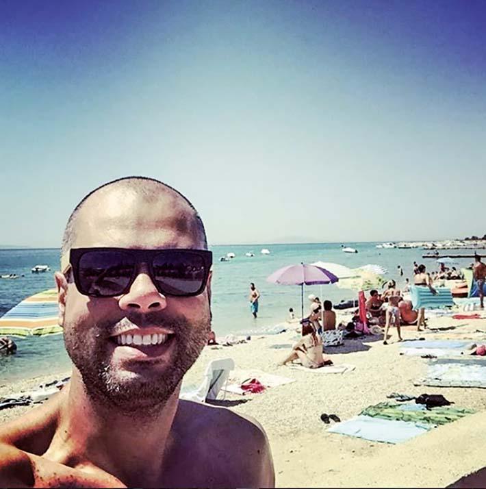 Bruno Covas, de óculos escuros e sem camisa