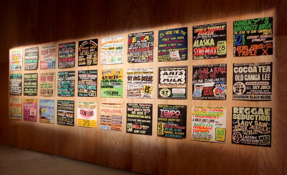 Paineis de madeira que anunciavam as festas de soundystem, produzidos entre os anos 2000 e 2010