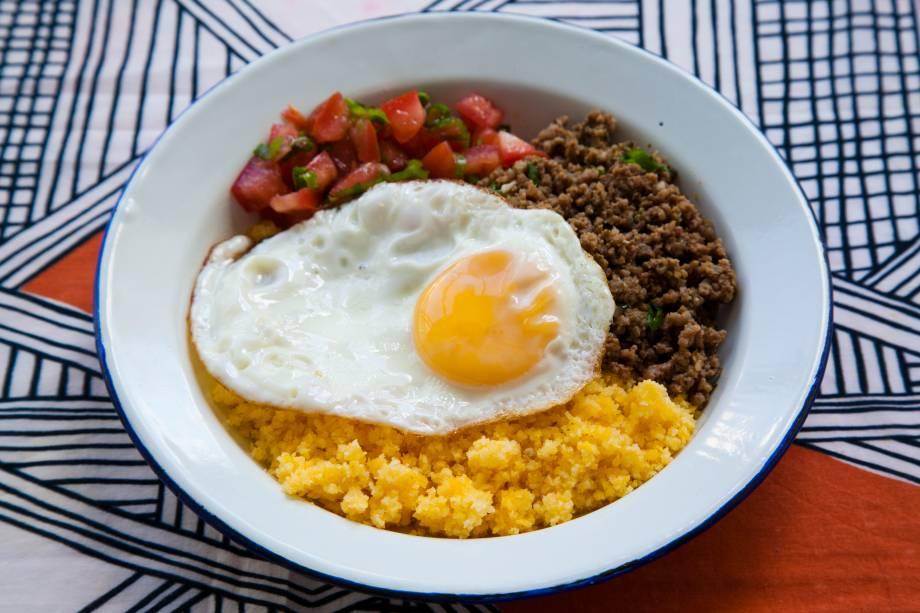 Baixaria: comida do dia todo e para balada composta de cuscuz de milho, vinagrete, carne moída e ovo frito