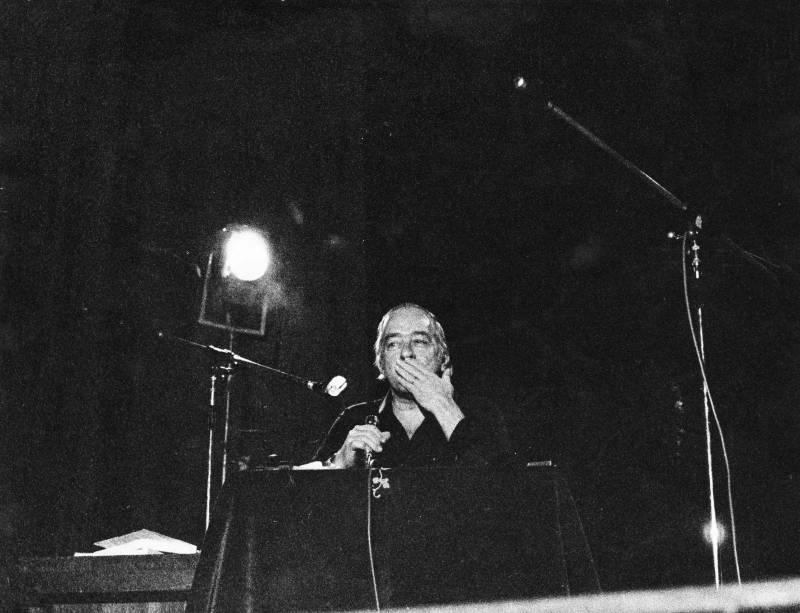 Vinicius de Moraes se apresentando no Teatro Embassy.