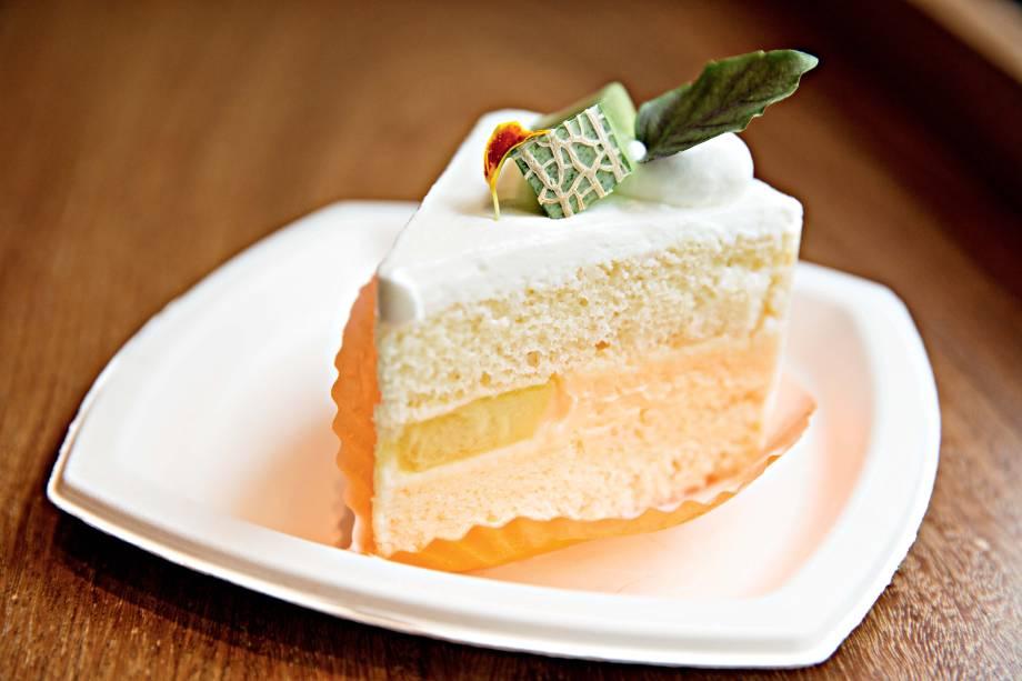 Na cozinha à vista, o chef Felipe Tadao Arakaki prepara 55 opções de doces e salgados, como o refrescante bolo de melão
