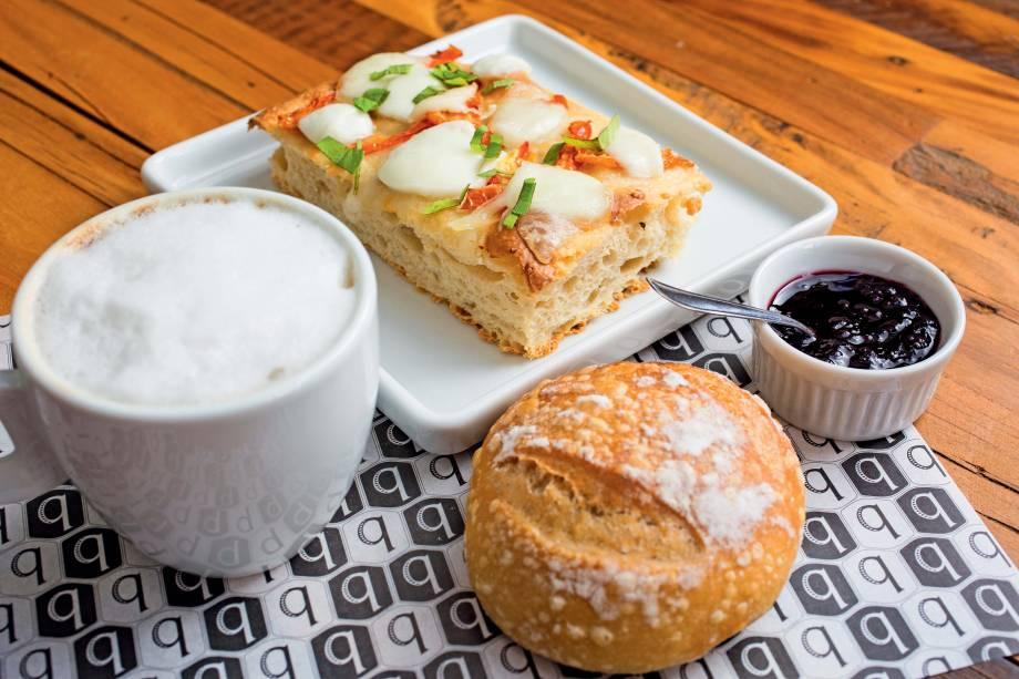 Combo brunch com pão, focaccia, geleia e café com leite