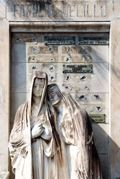O maosoléu da família Melillo: onze placas de bronze a menos
