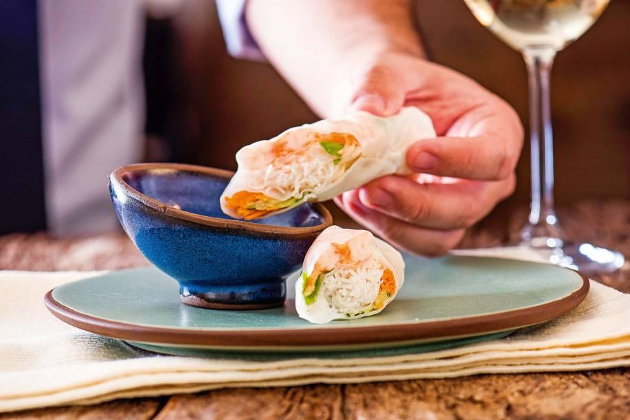 Rolinhos vietnamitas de cenoura em fios, coentro, broto de feijão, macarrão de arroz bifum e camarão ao molho cítrico
