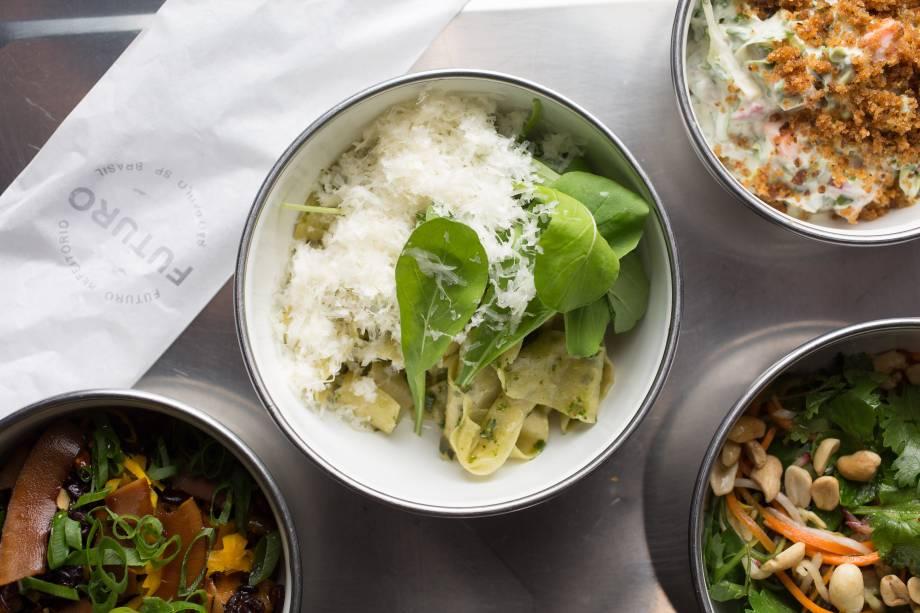 Combo vegetariano servido em potes esmaltados do Futuro Refeitório