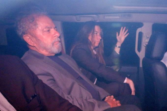 Lula chega de carro na sede da Polícia Federal, em SP