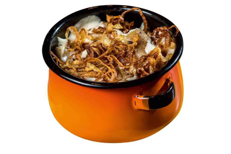 Robalo grelhado com batata cozida e molho de gergelim mais cebola frita