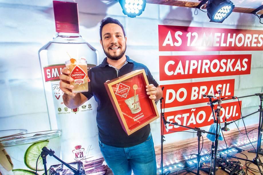 A caipiroska vencedora nas mãos de Bruno Marchiori, proprietário do Senhor Boteco, bar campeão.