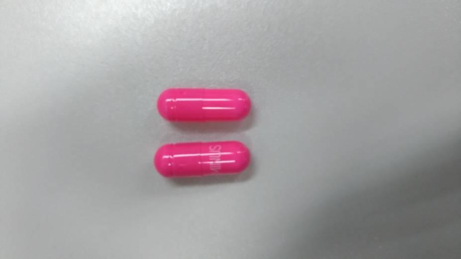 As duas capsulas: a falsa (acima) e a original, com a inscrição da marca
