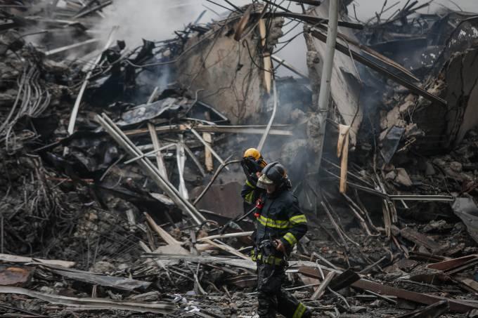 Prédio desaba durante incêndio no centro de SP; há desaparecidos